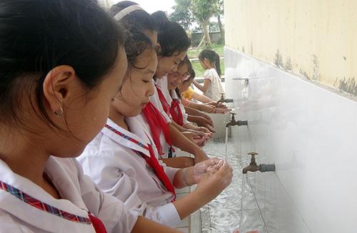 Có nhà tiêu hợp vệ sinh và những việc đơn giản như rửa tay bằng xà phòng có thể giúp ngăn ngừa nhiều loại bệnh tật.