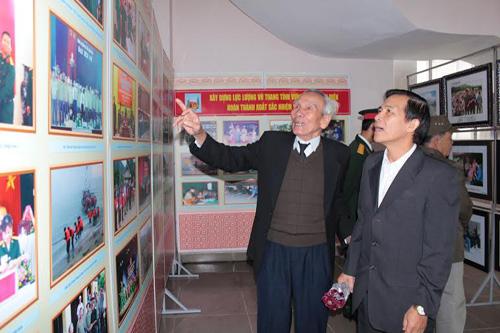 Cựu chiến binh tham quan triển lãm ảnh.