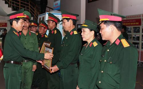 Đại tá Phạm Lành - Chủ nhiệm Chính trị Bộ CHQS tỉnh trao thưởng cuộc thi phóng sự truyền hình gương sáng Bộ đội Cụ Hồ.