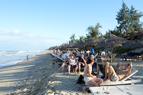 Bãi biển An Bàng trở thành điểm nhấn thu hút du khách lưu trú tại các homestay nơi đây.