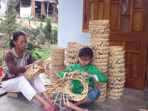 Người dân Tam Vinh, từ già đến trẻ ai cũng biết đan lát. Ảnh tư liệu
