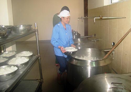 Chị Trương Thị Mỹ Quyên lo bữa ăn cho bộ đội.  Ảnh: THANH TƯỜNG