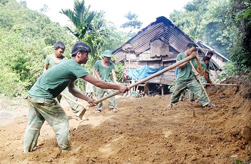 Chiến sĩ Sư đoàn 315 giúp người dân san nền làm nhà tại xã Trà Nam, Nam Trà My. Ảnh: K.TUÂN
