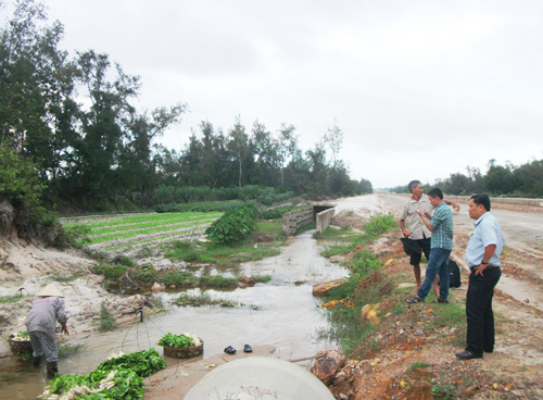 Người dân thôn Bình Trúc 1 bức xúc vì việc thi công đường đã ảnh hưởng nghiêm trọng đến hoạt động sản xuất.