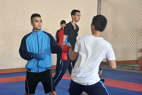 Nguyễn Phi Tuấn (trái) thi đấu không thành công do ảnh hưởng của chấn thương. Ảnh: T.VY
