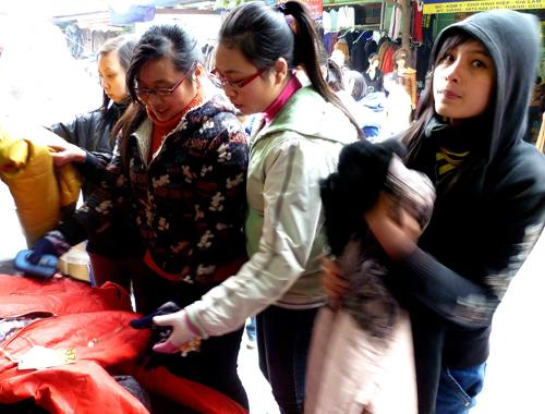 Khách mua áo quần tại một cửa hàng bán hàng Việt Nam xuất khẩu.Ảnh: THỤC ANH