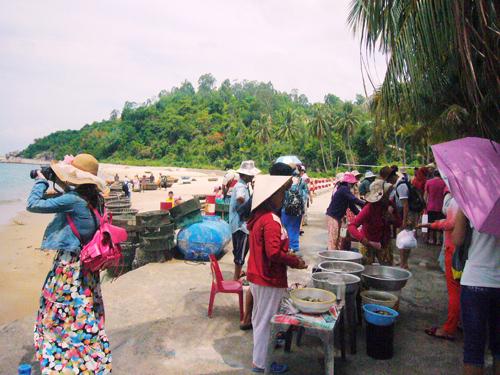 Hàng tươi sống bán cho du khách ở Bãi Hương (Cù Lao Chàm). Ảnh: Đ.H