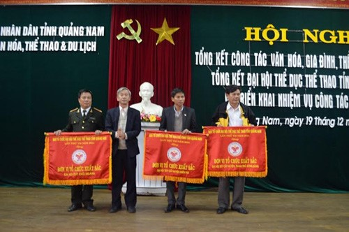 The excellent individuals and collective organization are offered the flags and certificate by Quang Nam Department of Sports, Culture and Tourism.