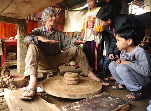 Cùng người dân làng gốm. Ảnh: Minh Hải