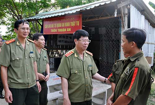 Thứ trưởng Bộ Công an Bùi Văn Nam trò chuyện, động viên tổ tự quản an ninh trật tự thôn Thuận An.  Ảnh: THANH NGHỊ