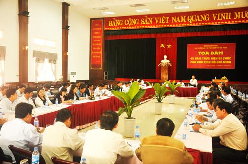 """Tọa đàm """"45 năm thực hiện Di chúc của Chủ tịch Hồ Chí Minh"""" do Tỉnh ủy tổ chức (15.11.2014).            Ảnh: HÀN GIANG"""