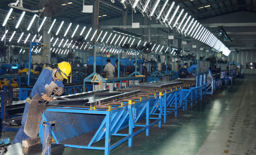 Chú trọng đầu tư về nhân lực góp phần tạo nên thành công của Thaco.  Trong ảnh: Sinh viên Trường Cao đẳng Nghề đang thực hành tại xưởng hàn.