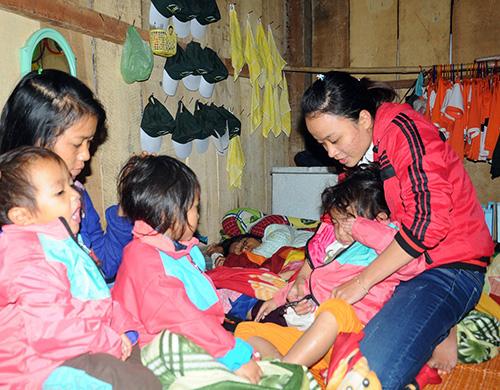 Cô Lê Thị Thu Sương tận tình chăm sóc học trò vùng cao.
