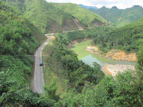 Những cung đường vắt mình giữa trập trùng đồi núi nhìn từ trên cao.