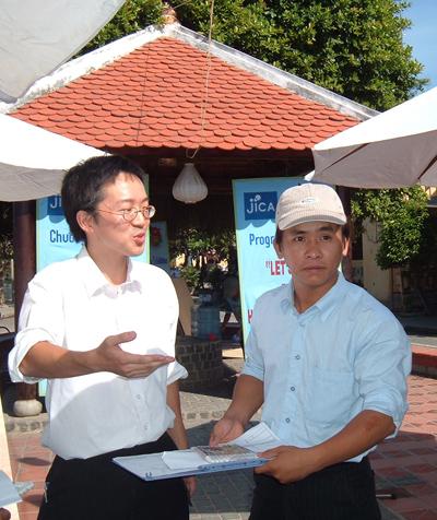 Ando Katsuhiro (trái) cùng cộng sự trong một lần thực hiện trùng tu nhà cổ tại Hội An. Ảnh: S.ANH