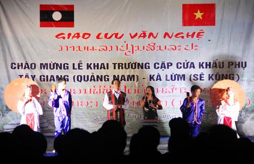 Biểu diễn hát dân ca quan họ của huyện Tây Giang tại đêm giao lưu chào mừng khai trương cửa khẩu Tây Giang - Kà Lừm, vào năm 2013.  Ảnh: ALĂNG NGƯỚC