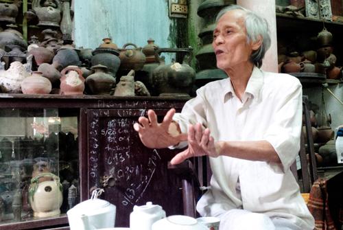 Nhà nghiên cứu Hồ Tấn Phan trò chuyện giữa kho cổ vật ngay trong nhà mình. Ảnh: PHƯƠNG GIANG
