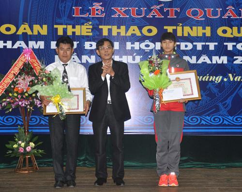 Phó Chủ tịch UBND tỉnh Nguyễn Chín tặng bằng khen và tiền thưởng của UBND tỉnh cho VĐV Phạm Thị Thu Hiền và huấn luyện viên Nguyễn Ngọc Đình với thành tích tại ASIAD 17.