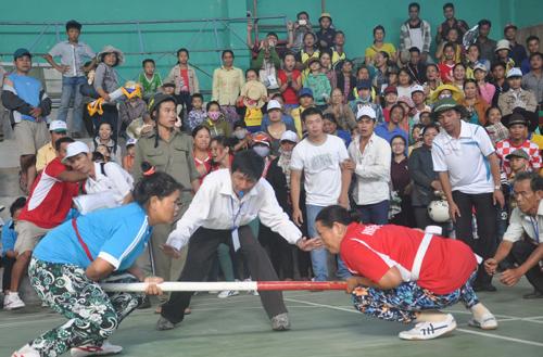Thi đấu môn đẩy gậy tại Lễ hội Văn hóa-thể thao các huyện miền núi tỉnh Quảng Nam lần thứ XVIII.
