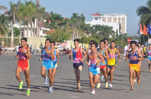 Các VĐV đội tuyển các tỉnh, thành phố tranh tài tại Giải Việt dã truyền thống Báo Quảng Nam năm 2014.