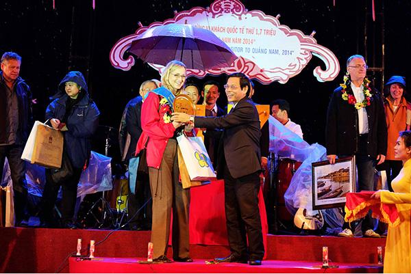 Phó Chủ tịch UBND tỉnh Nguyễn Chín tặng hoa, chúc mừng vị khách thứ 1,7 triệu đến Quảng Nam ngay dịp năm mới 2015. Ảnh: NGUYÊN KHÔI