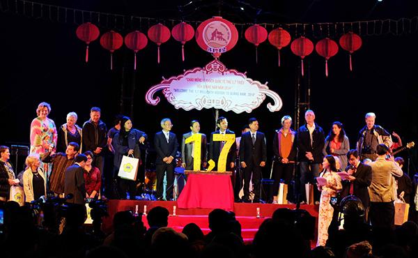 Đoàn du khách đến từ Đức do Công ty lữ hành Saigon Tourist đón vinh dự là đoàn khách có vị khách thứ 1,7 triệu đến Quảng Nam. Ảnh: NGUYÊN KHÔI
