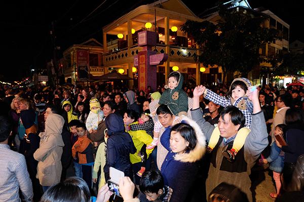 Hàng ngàn du khách trong và ngoài nước đón giao thừa tại Hội An đêm 31.12.2014