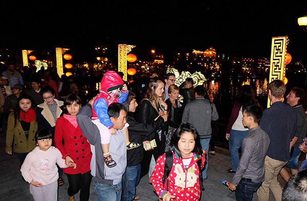 Sông Hoài đón lượng lớn du khách và người dân địa phương vui chơi đêm Giao thừa.