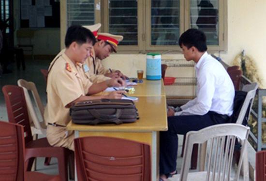 Lực lượng cảnh sát giao thông Công an TP.Tam Kỳ tổ chức xử phạt học sinh vi phạm Luật Giao thông đường bộ ngay tại trường học. Ảnh: HOÀNG BIN