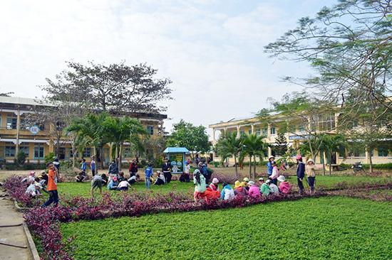 Điện Bàn hiện có 16/16 trường THCS đạt chuẩn quốc gia.  Trong ảnh: Học sinh Trường THCS Trần Phú (xã Điện Hòa) tham gia dọn dẹp vệ sinh khuôn viên nhà trường. Ảnh: VĨNH LỘC