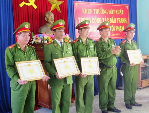 Khen thưởng đột xuất 5 cá nhân có thành tích xuất sắc đầu 1.2015. Hoàng Liên