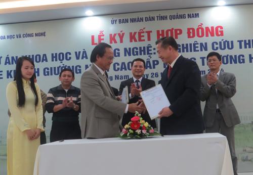 """Ký kết hợp đồng dự án chế tạo xe khách giường nằm cao cấp """"made in Vietnam"""".                                   Ảnh: B.LIÊN - PHƯƠNG THẢO"""