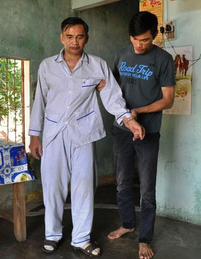 Việc sinh hoạt của ông Nguyễn Khắc Hiếu phải nhờ con trai chăm lo. Ảnh: T.T