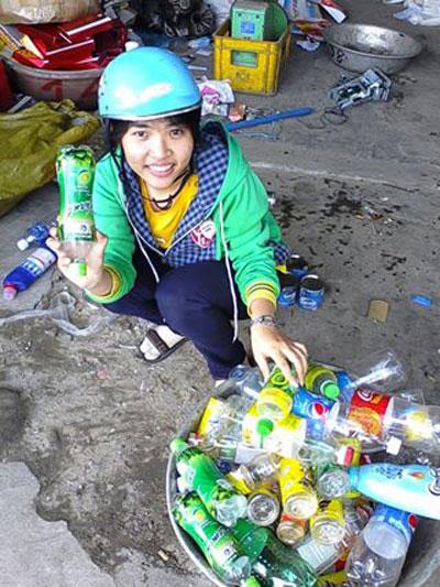 Sinh viên Phạm Thị Thiên Thanh tham gia thu lượm ve chai gây quỹ hoạt động (ảnh nhân vật cung cấp).