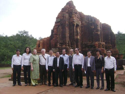 Ông Nguyễn Công Hường (thứ tư từ bên phải tính sang) chụp ảnh lưu niệm với các cán bộ, chuyên gia UNESCO trước tháp G1. Ảnh: V.LỘC