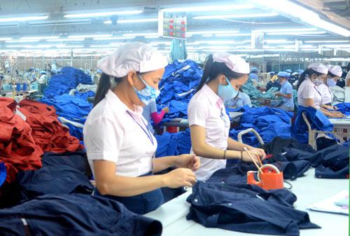 Công nhân Công ty CP Dệt may Hòa Thọ (Điện Bàn) trong giờ lao động.
