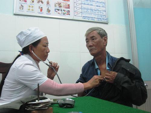 Khám bệnh cho người dân tại Phòng khám Đa khoa Núi Thành. Ảnh: Đ.Đ