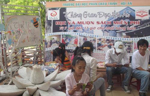 """""""Không gian đọc Hội An"""" do cán bộ, sinh viên Trường Đại học Phan Châu Trinh thành lập với các hoạt động: phục vụ đọc sách, mượn sách miễn phí dành cho cộng đồng tại trung tâm TP.Hội An vào Chủ nhật hằng tuần. Ảnh: SONG ANH"""