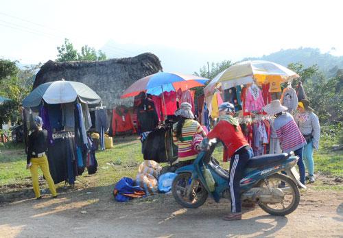 Đồng bào dân tộc thiểu số tập trung mua áo quần mới ngay tại chợ di động làng. Ảnh: T.H