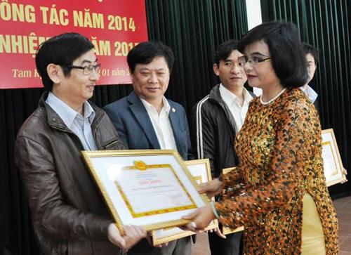 Bí Thư Đảng ủy khối doanh nghiệp tỉnh Lê Thị Nga tặng giấy khen cho Chi bộ tiêu biểu thuộc Đảng ủy khối.