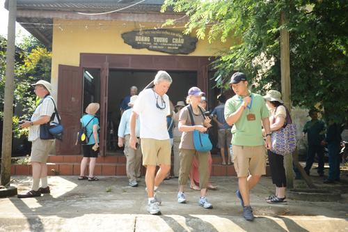Du khách đến tham quan làng mộc Kim Bồng.               Ảnh:MINH HẢI