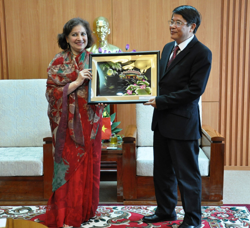 Secretary Nguyen Duc Hai reiceives and works with Mrs Preeti Saran.