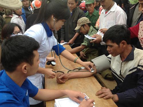 Khám bệnh cho bệnh nhân nghèo đã trở nên quen thuộc với nhiều bạn trẻ và y, bác sĩ Bệnh viện Đa khoa Quảng Nam.