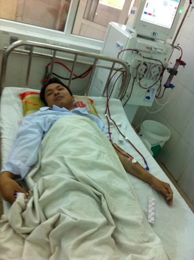 Anh Nguyễn Đình Vũ đang chạy thận để kéo dài sự sống.