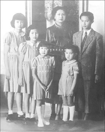 Hình ảnh của Hoàng hậu Nam Phương và các con được giới thiệu tại Khải Tường Lâu.