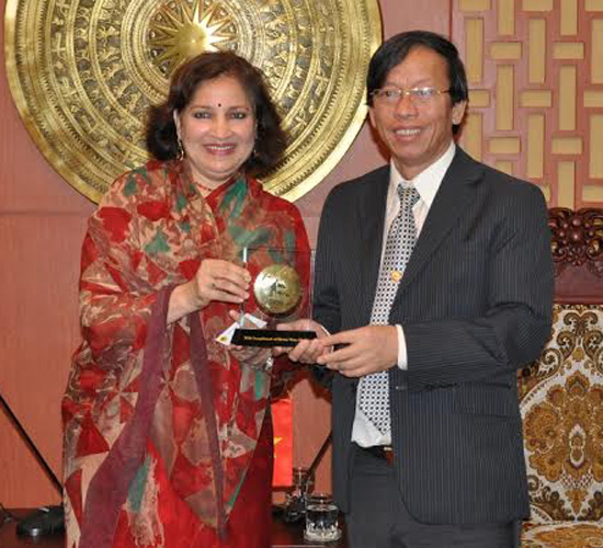 Chairman Le Phuoc Thanh presents Mrs Preeti Saran the symbols of My Son and Hoi An World Cultural heritages.