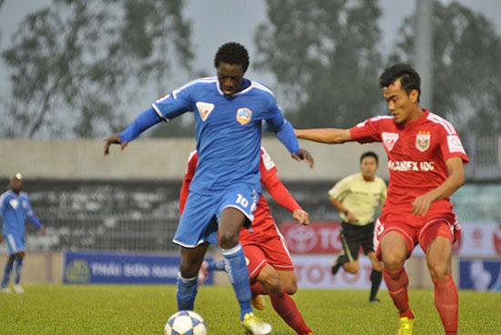 Tiền đạo Patiyo góp công lớn cho QNK Quảng Nam khi có 2 bàn thắng trong trận gặp Hà Nội T&T