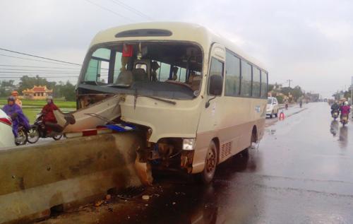 Hiện trường vụ xe khách BKS 53S-10... tông vào dải phân cách tại xã Quế Phú, Quế Sơn. Ảnh: L.THOẠI