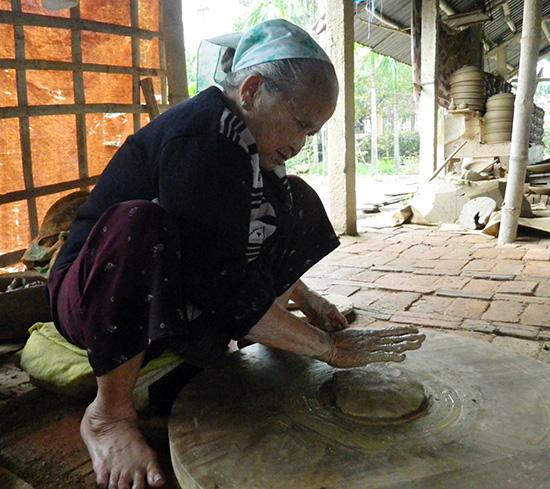 Bà Nguyễn Thị Chiến, người thợ chuốt cao tuổi nhất làng gốm Thanh Hà hiện nay.