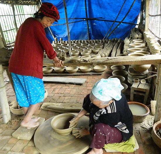Xưởng gốm của gia đình ông Lành, bà Chiến.  Ảnh: SONG ANH